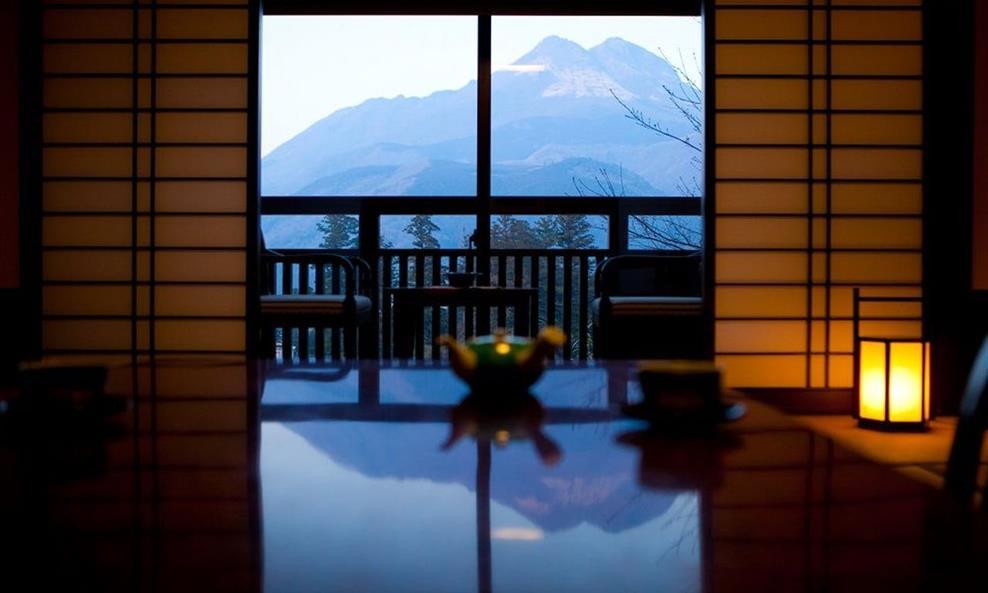 彩岳館由布岳側和室窗景