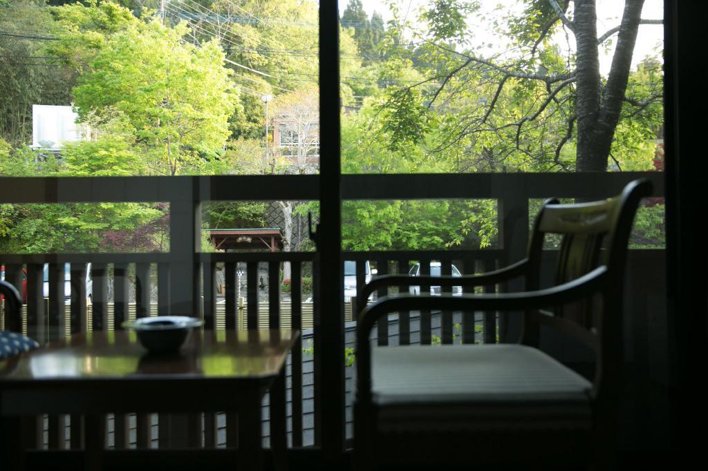 由布院彩岳館庭側和室窗景