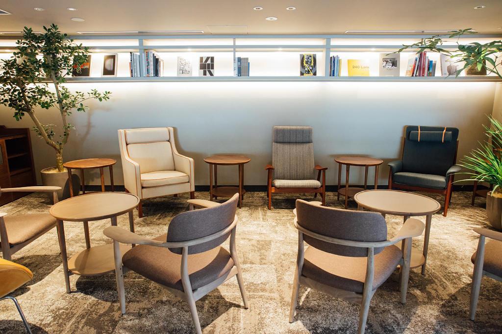上野飯店諾加小圖書室休息區