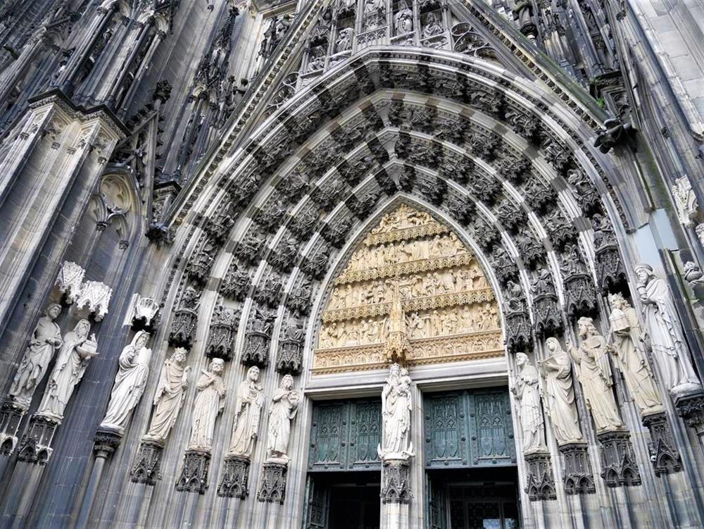 科隆大教堂入口雕像