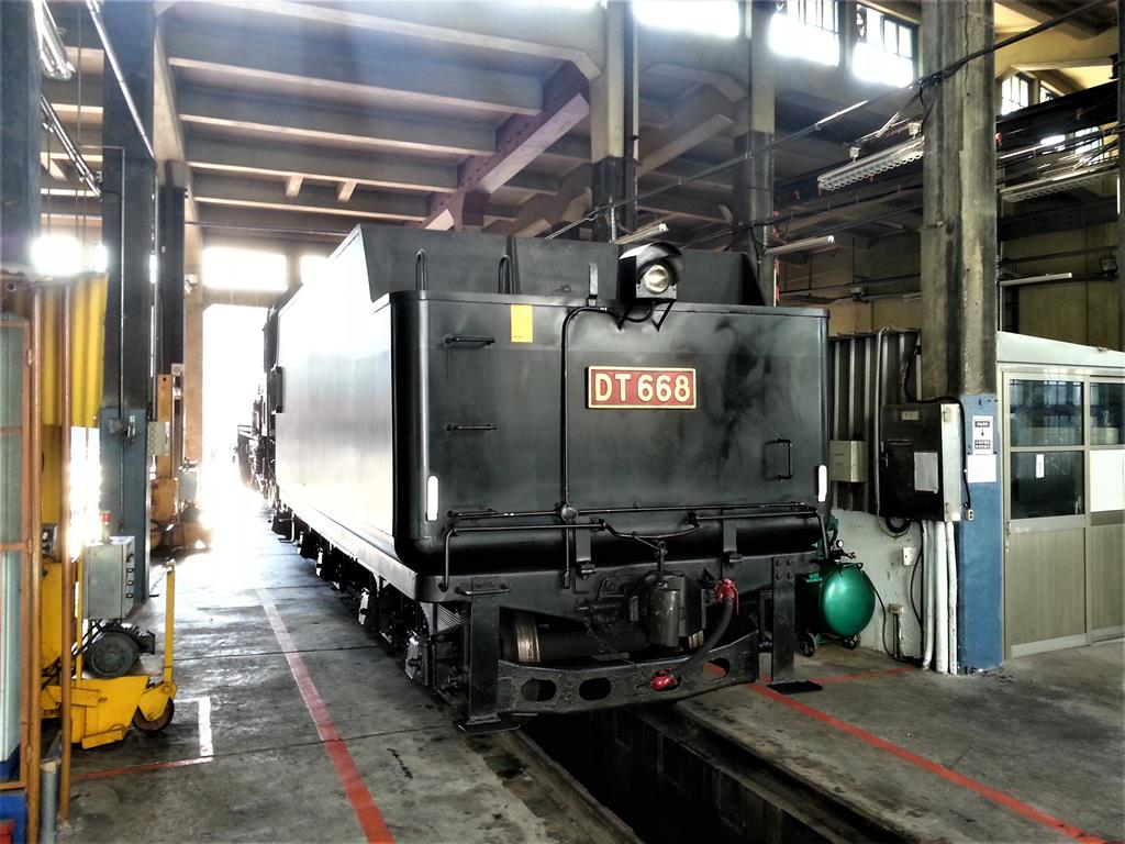 保存於扇形車庫內的DT668火車頭背影