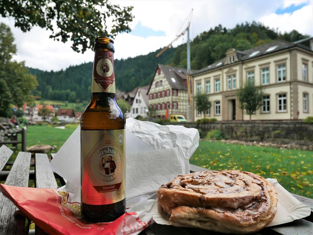 河邊美景配啤酒麵包午餐