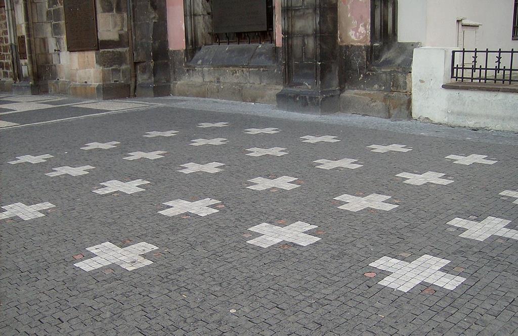 布拉格舊市政廳前27個白十字架