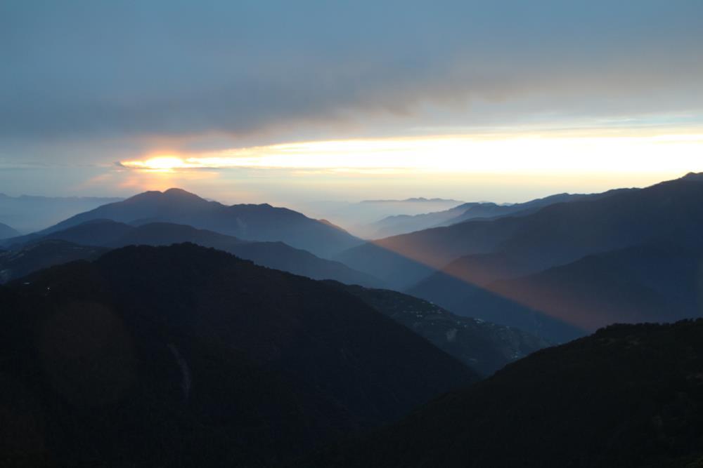 漸漸被雲層遮蔽住的太陽