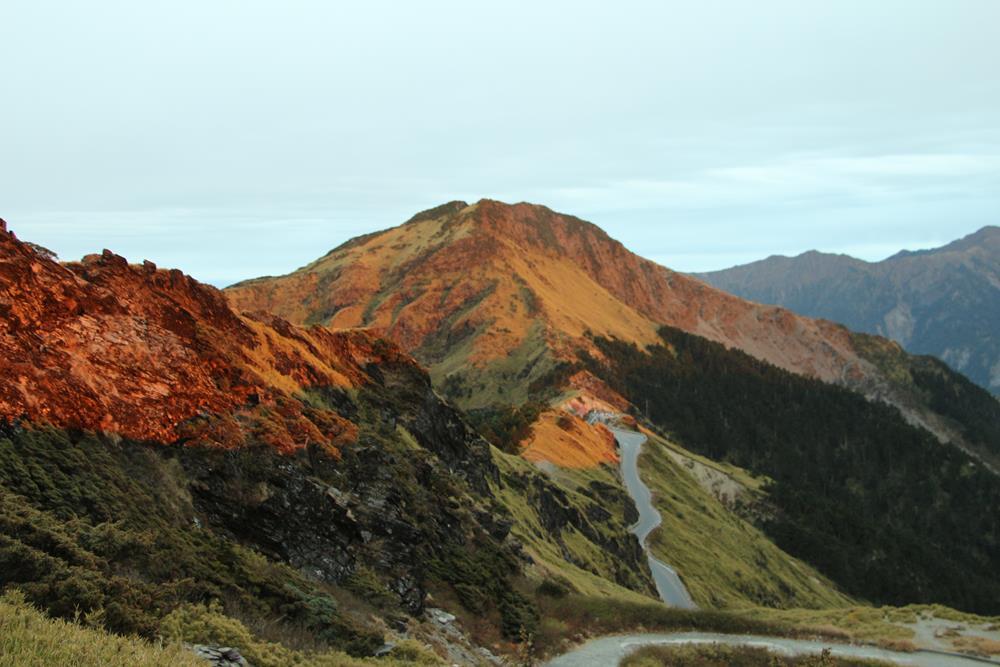 夕陽照射下的山頭,呈現金黃略紅的色澤