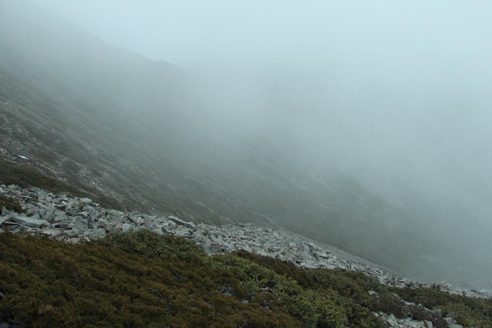 濃霧下的雪山圈谷