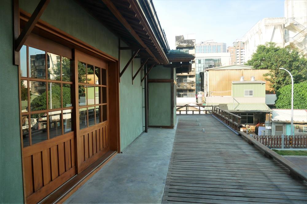 二樓外木製露臺區域