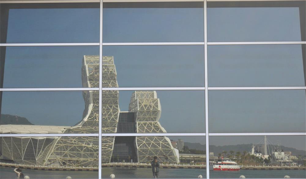 鯨魚堤岸玻璃反射景