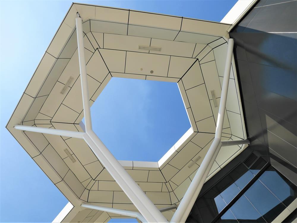 從六角形屋頂下方窺探天空