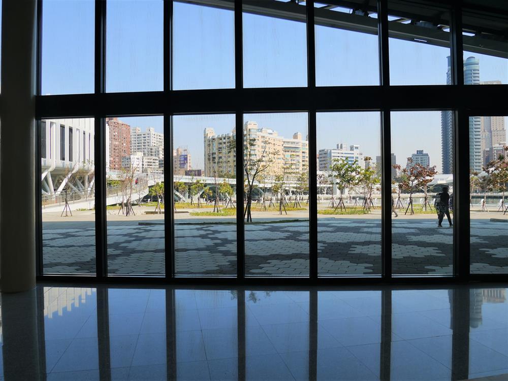 海音館內落地窗風景