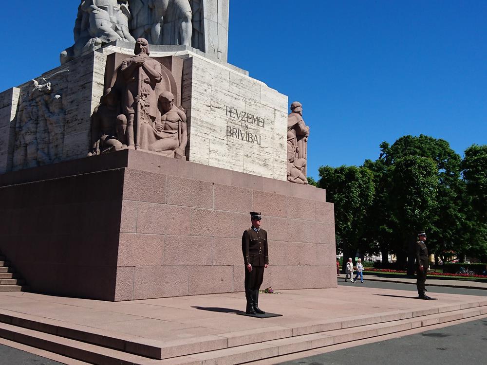 自由紀念碑前的衛兵