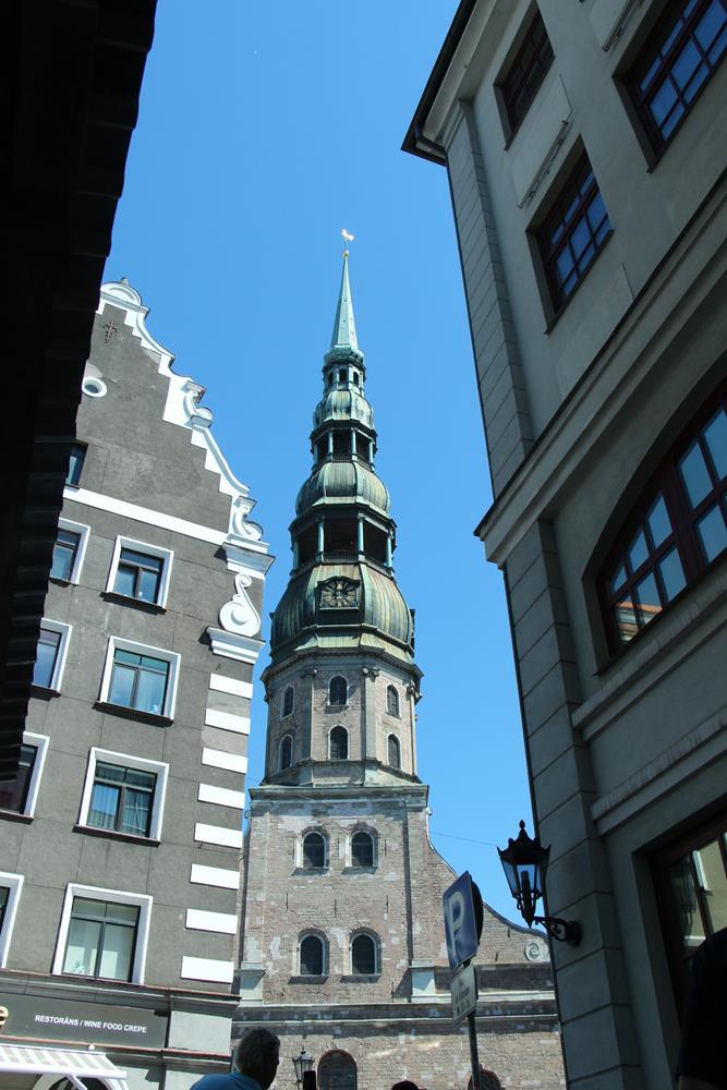 巷弄中視角的聖彼得教堂尖塔