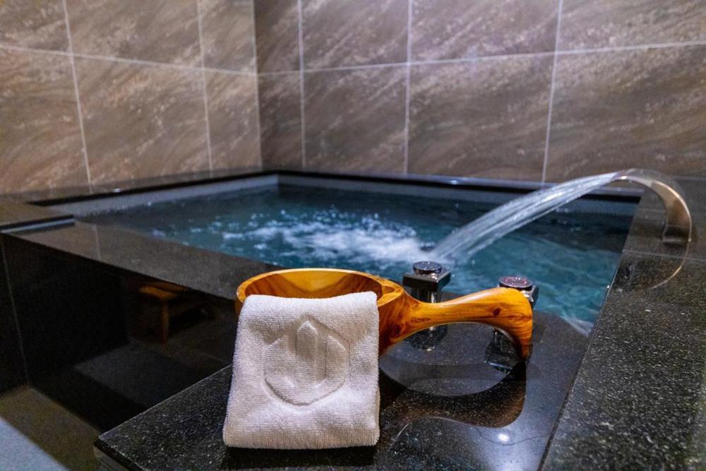 礁溪山形閣溫泉飯店房內寬廣的溫泉浴池