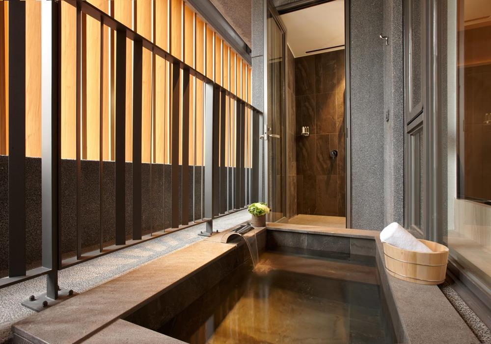 晶泉丰旅房內溫泉浴池