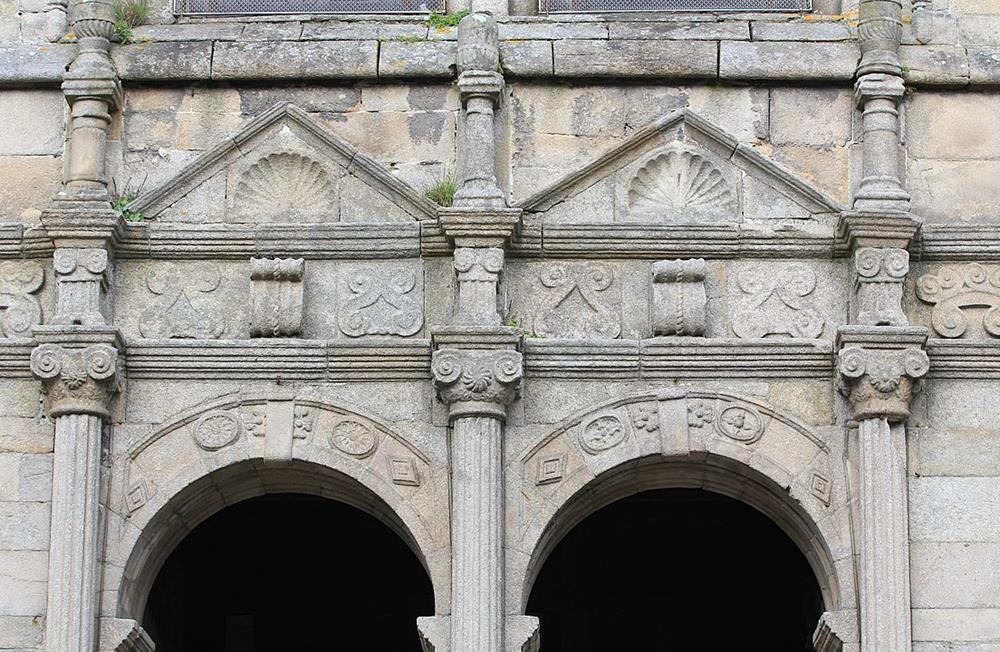 南側入口上方雕刻裝飾