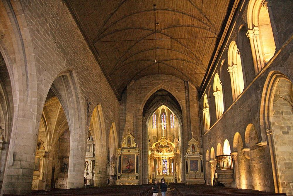 左右風格不同的教堂內部