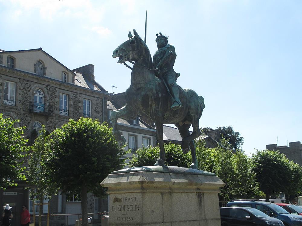 貝特朗·杜·蓋克蘭雕像
