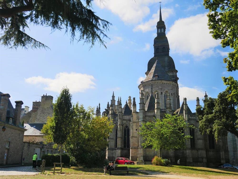 教堂後英式花園景色